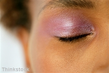 Contact lens wearers offered makeup tips