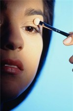 Contact lens wearers offered eye makeup tips